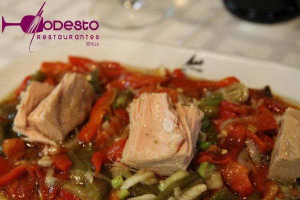 Ensalada de pimientos asados con atún de Modesto Restaurantes
